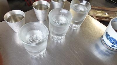 錫のグラスと普通のグラス